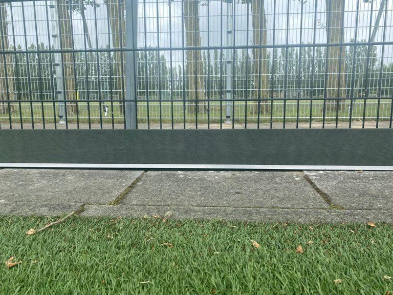 Montage kantplanken sportveld